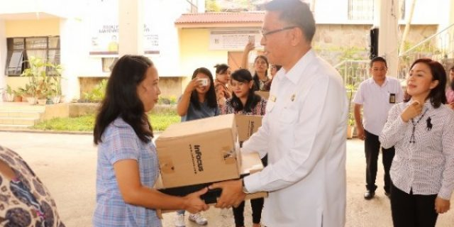 Walikota Tomohon Serahkan Bantuan 10 Unit Laptop dan LCD