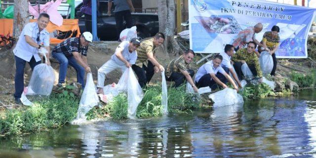 Jalin Kerjasamama, 100 Ribu Ikan Ditebar di Danau Sineleyan Tomohon