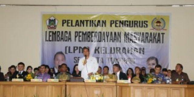 Walikota Eman Lantik Ribuan Pengurus LPM Kelurahan se-Tomohon