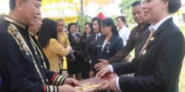 Walikota Eman Serahkan Satyalencana Karya Satya dan SK Pensiun