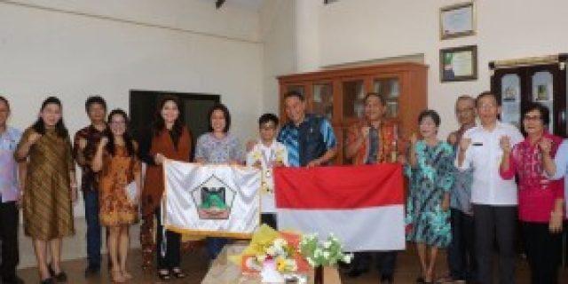 Walikota Eman Berikan Bea Siswa Bagi Taro Roeroe
